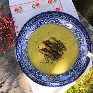 Krémová quinoa polievka zo zelenej špargle a fenyklu