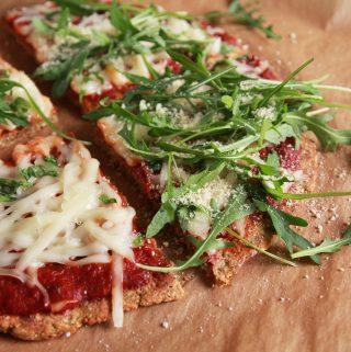 Chrumkavá baklážánová pizza s cícerovou múkou