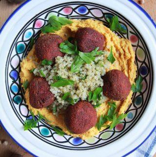 Falafel z červenej repy servírovaný s mrkvovým hummusom
