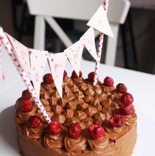 """Vegánska šťavnatá """"čoko"""" torta na prvé narodeniny"""