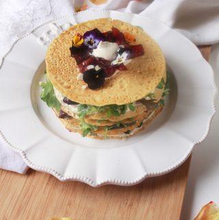 Slaná socca torta plnená vegánskou bryndzou