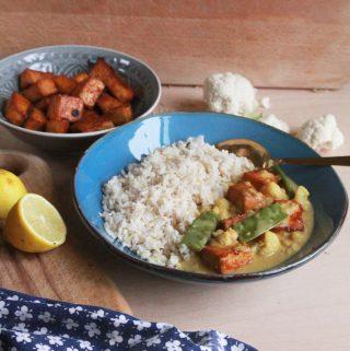 Karfiolové curry s cukrovým hráškom, ananásom a marinovaným pečeným tofu